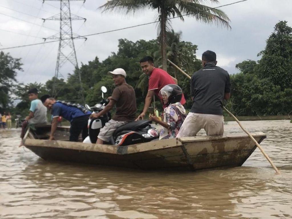 Banjir, Warga di 50 Kota Sumbar Terpaksa Pakai Sampan dan Perahu