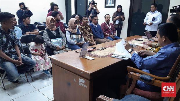 Keluarga Himawan Randi dan Yusuf Qardhawi mengadu dan diterima Ketua Komnas HAM Ahmad Taufan Damanik, meminta dukungan untuk kejelasan pengungkapan kasus meninggalnya dua mahasiswa Universitas Halu Oleo Kendari di Kantor Pengaduan Komnas HAM, Jakarta, Rabu (11/12).