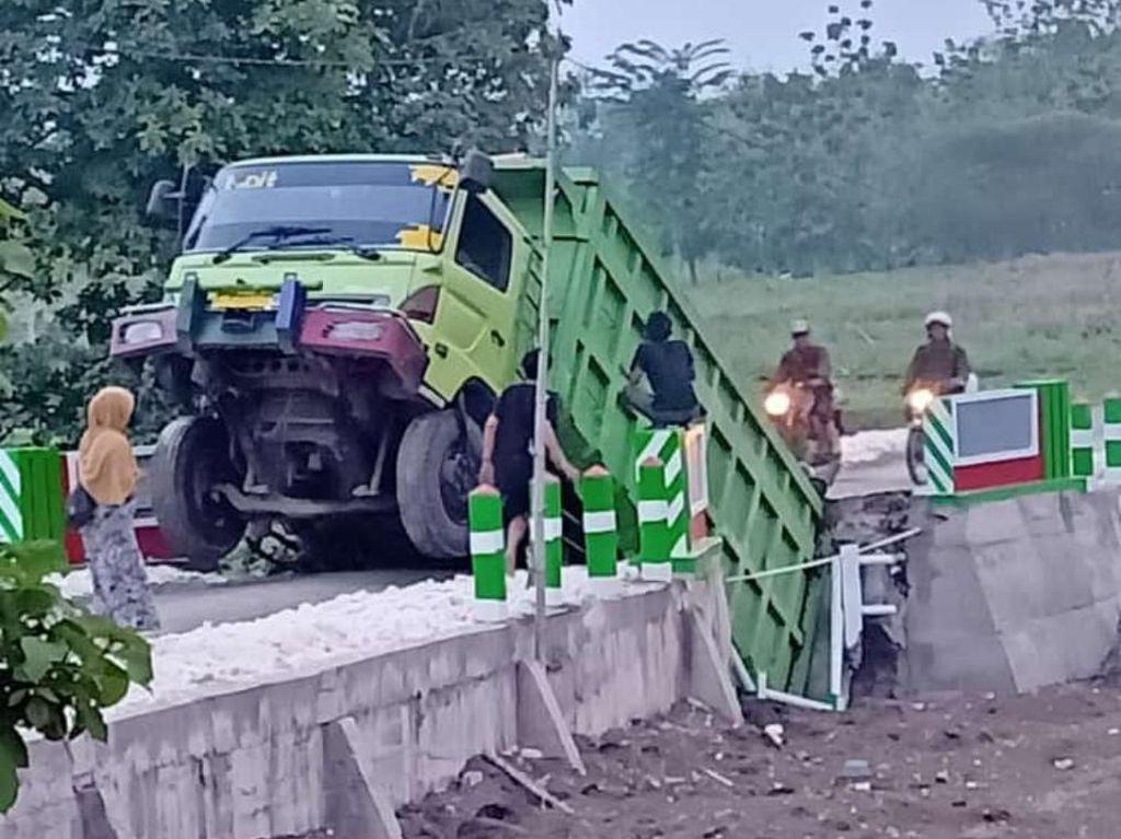 Pakai GPS Lalu Salah Jalan, Truk di Bojonegoro Bikin Jembatan Ambrol