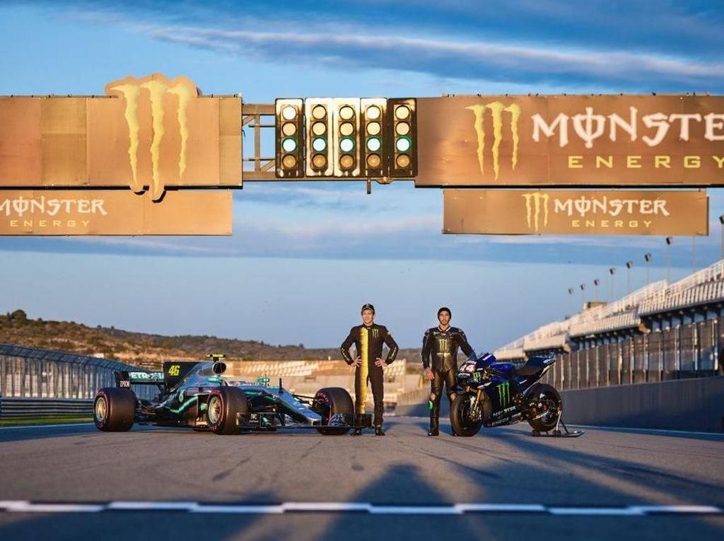 Valentino Rossi dan Hamilton Tukar Profesi Selama Sehari