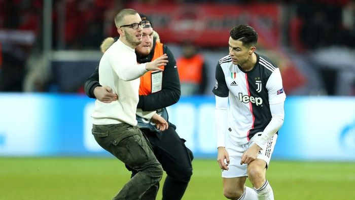 Cristiano Ronaldo tampak marah akibat seorang fan yang meminta selfie di tengah lapangan (Foto: Lars Baron/Getty Images)