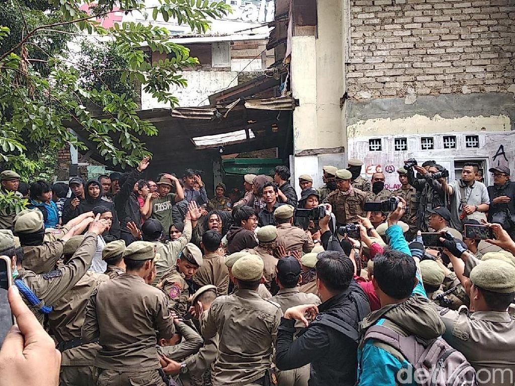 Satpol PP-Pemuda Bentrok di Area Gusuran Rumah Deret Tamansari