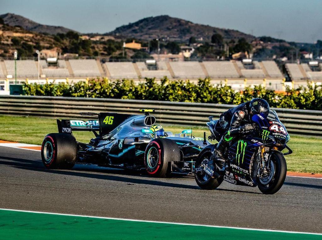 Momen Rossi dan Hamilton Bertukar Motor MotoGP dan Mobil F1