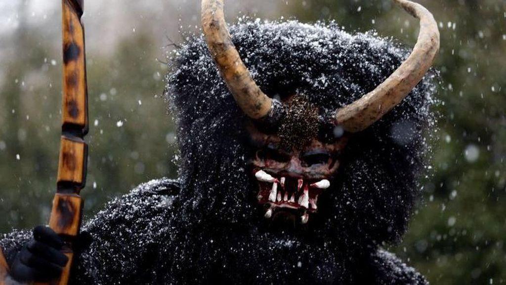 Tradisi Sambut Natal yang Unik: Orang Bertopeng Iblis