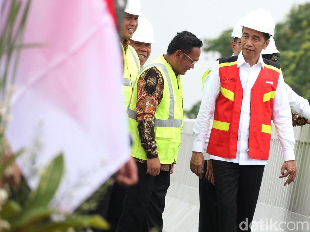Momen Jokowi Resmikan Tol Layang Terpanjang RI