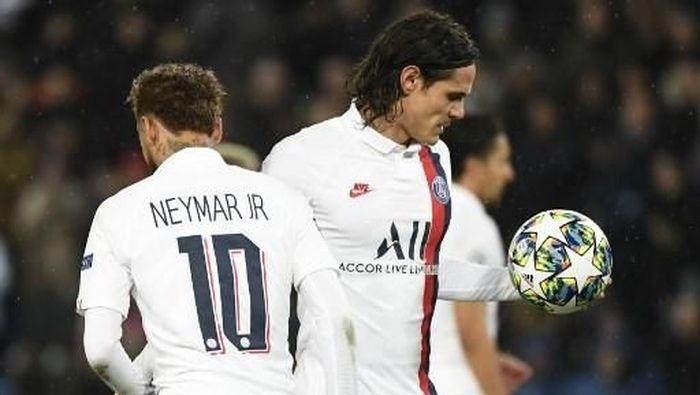 Neymar memberikan bola kepada Edinson Cavani untuk mengekseskusi penalti (Foto: Bertrand GUAY / AFP)