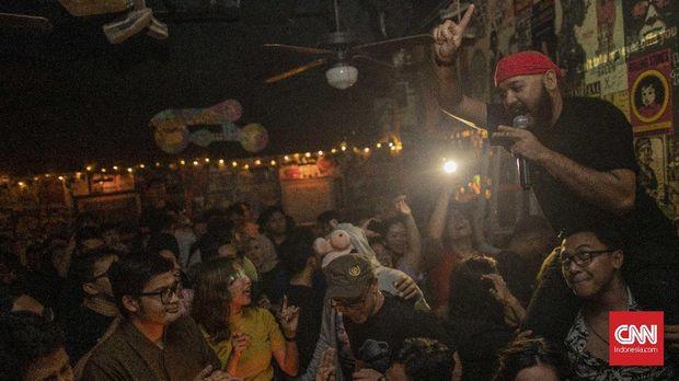 Suasana open mic karaoke di Duck Down Bar, Gunawarman, Jakarta, Kamis, 12 Desember 2019. CNN Indonesia/Bisma Septalisma