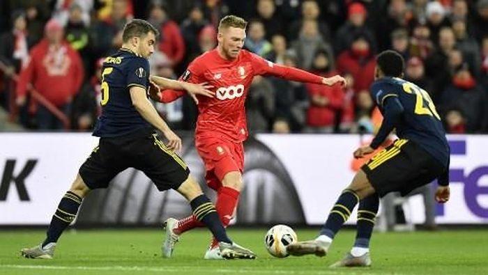 Arsenal bermain imbang tanpa gol dengan Standard Liege di babak pertama (Foto: JOHN THYS / AFP)