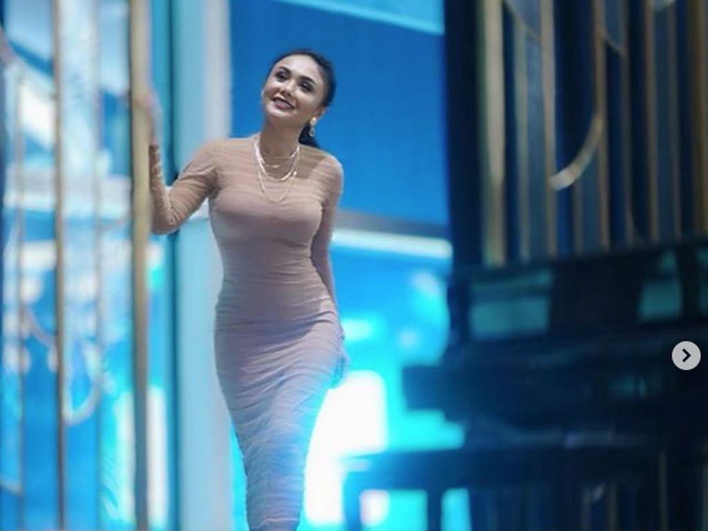 Yuni Shara Tak Bisa Jawab Rahasia Body Goals di Usia 47 Tahun