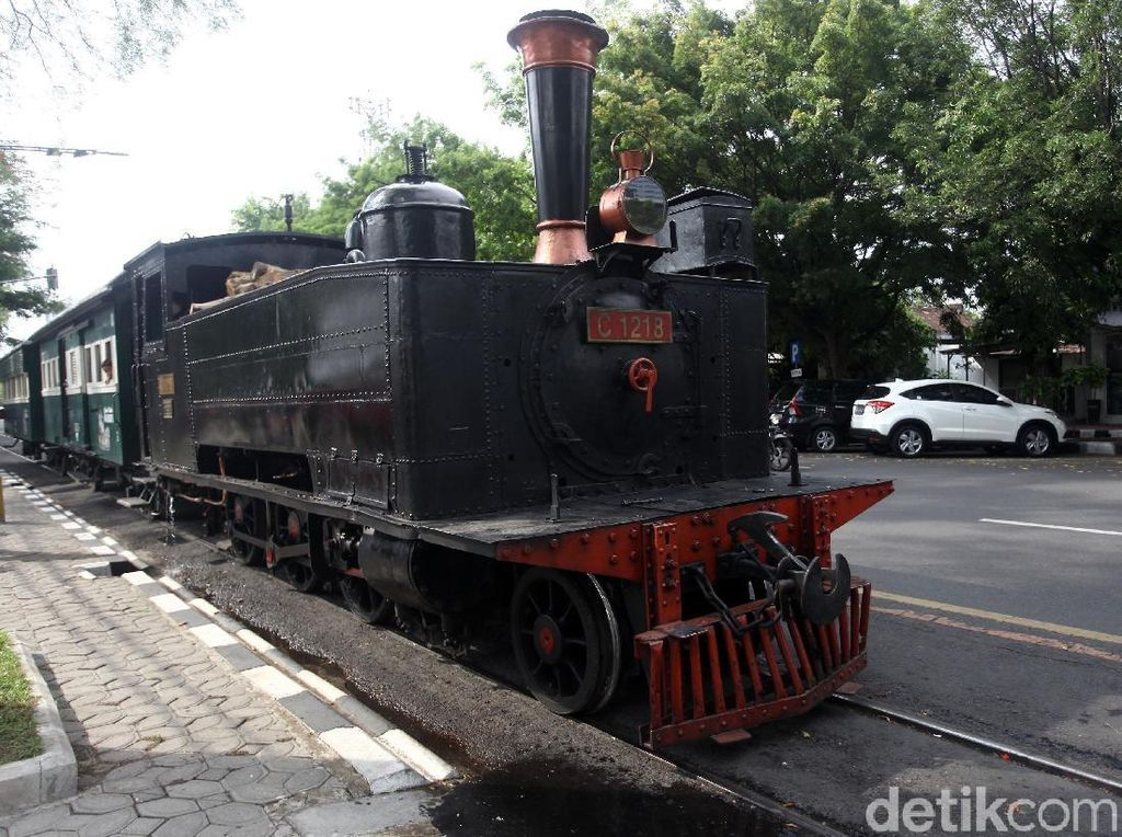 Seru Banget! Naik Kereta Api Uap Kuno di Solo