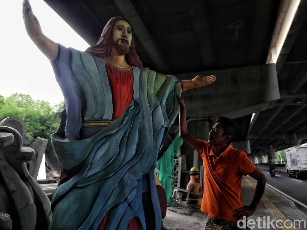 Geliat Perajin Patung Yesus Jelang Natal