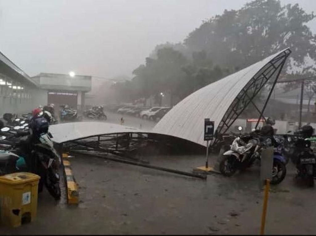 Video Hujan Es dan Angin Kencang di Madiun, Atap Seng Beterbangan