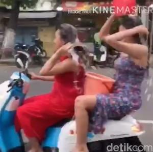 Cerita 2 Wanita Seksi Kendarai Motor Sambil Keramas Demi Penuhi Tantangan