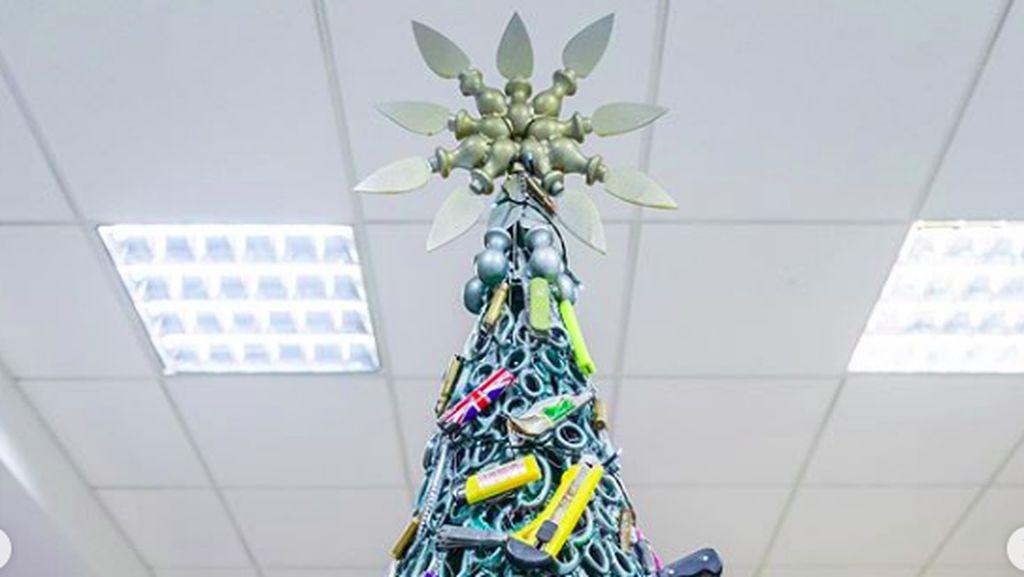 Foto Pohon Natal dari Benda Sitaan Bandara, Gunting hingga Korek