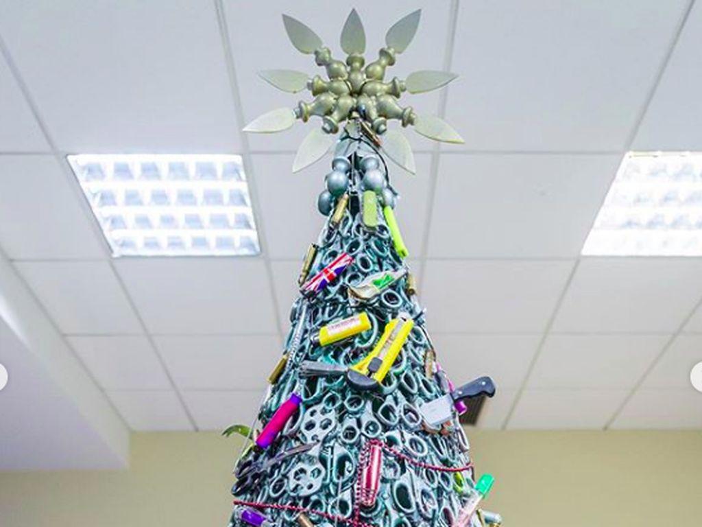 Pohon Natal di Bandara Ini Dibuat dari Barang-barang Sitaan