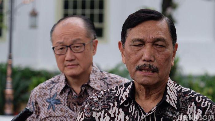 Foto: Menko Maritim dan Investasi Luhut Binsar Pandjaitan (kanan) bersama Eks Bos Bank Dunia Jim Yong Kim (kiri)(Andhika Prasetya)