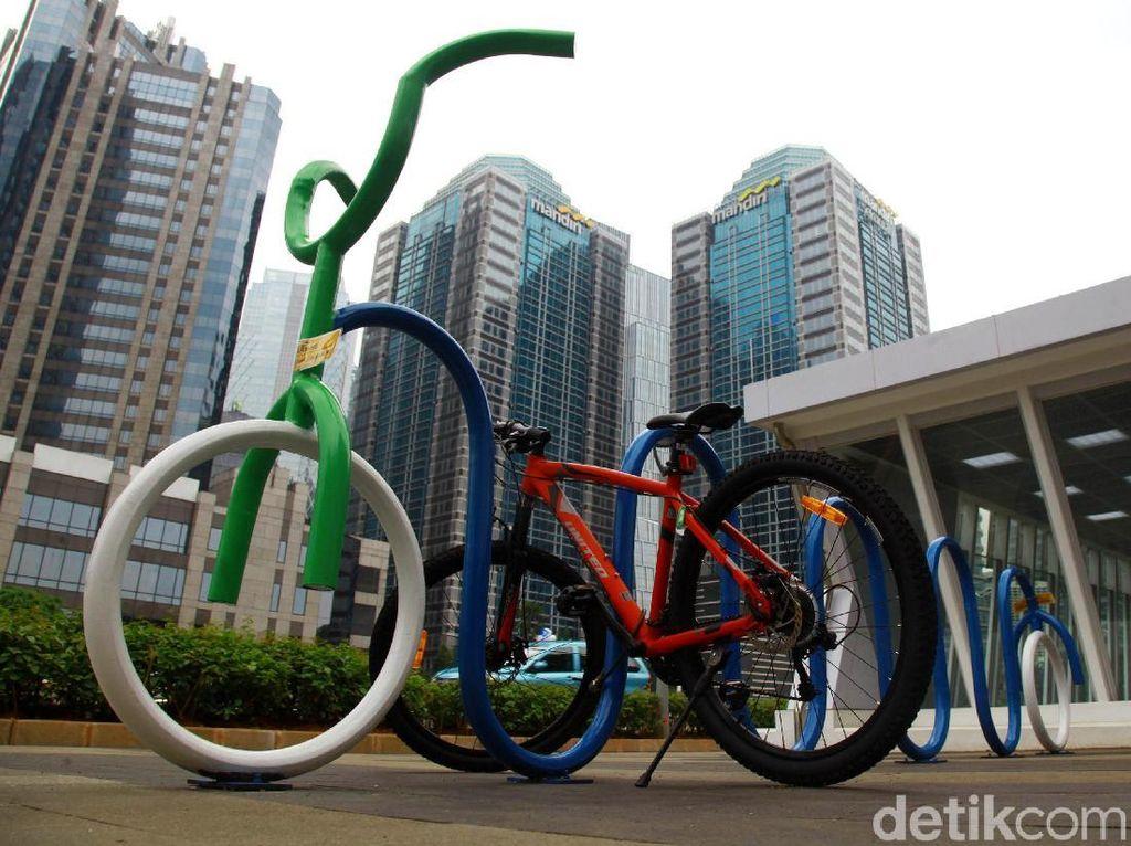 Parkir Sepeda Mejeng di Sepanjang Stasiun MRT Sudirman