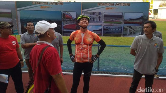 Gubernur Jawa Tengah, Ganjar Pranowo, meninjau stadion Jatidiri. (Foto: Angling Adhitya Purbaya/detikcom)