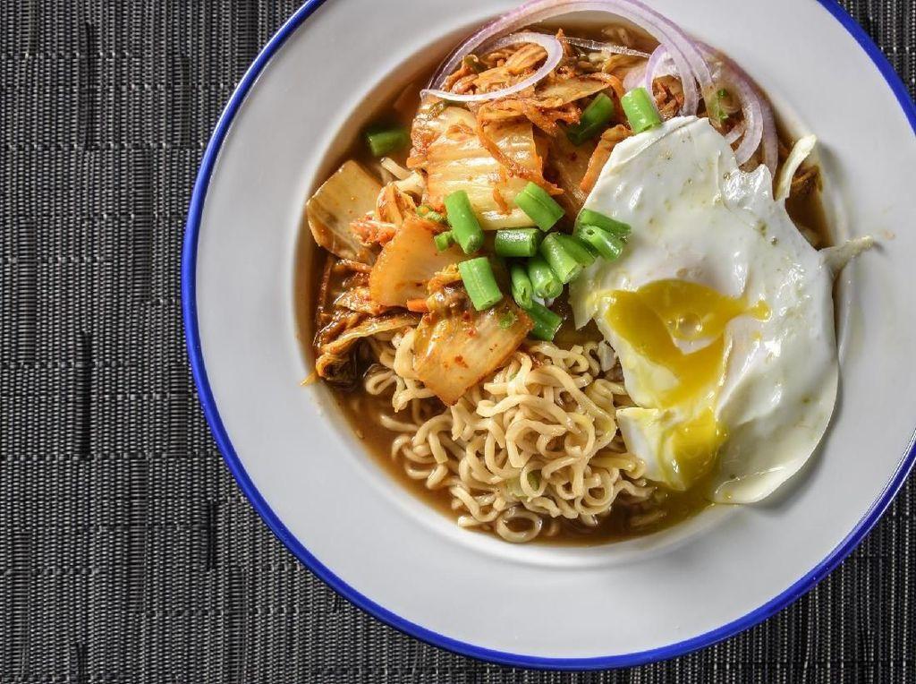 Dingin-dingin Enaknya Sarapan Mie Kuah Kimchi