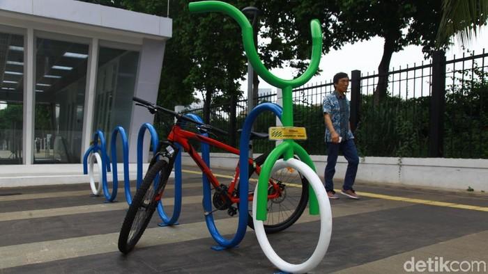 Tempat parkir sepeda terus dibuat Pemprov DKI di setiap Stasiun MRT, salah satunya di sepanjang Jalan Sudirman.