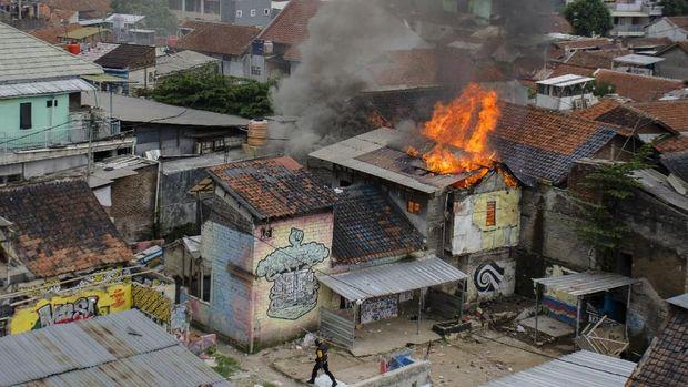 Bentrokan terjadi saat penggusuran RW 11 Tamansari, Bandung, yang rencananya akan digunakan sebagai kampung deret, Kamis (12/12/2019).