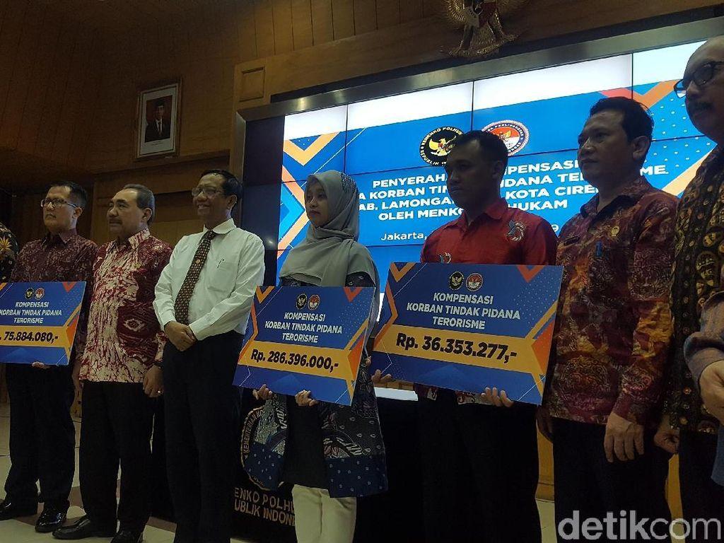 Mahfud Md dan LPSK Serahkan Bantuan ke Korban Terorisme Lamongan dan Cirebon