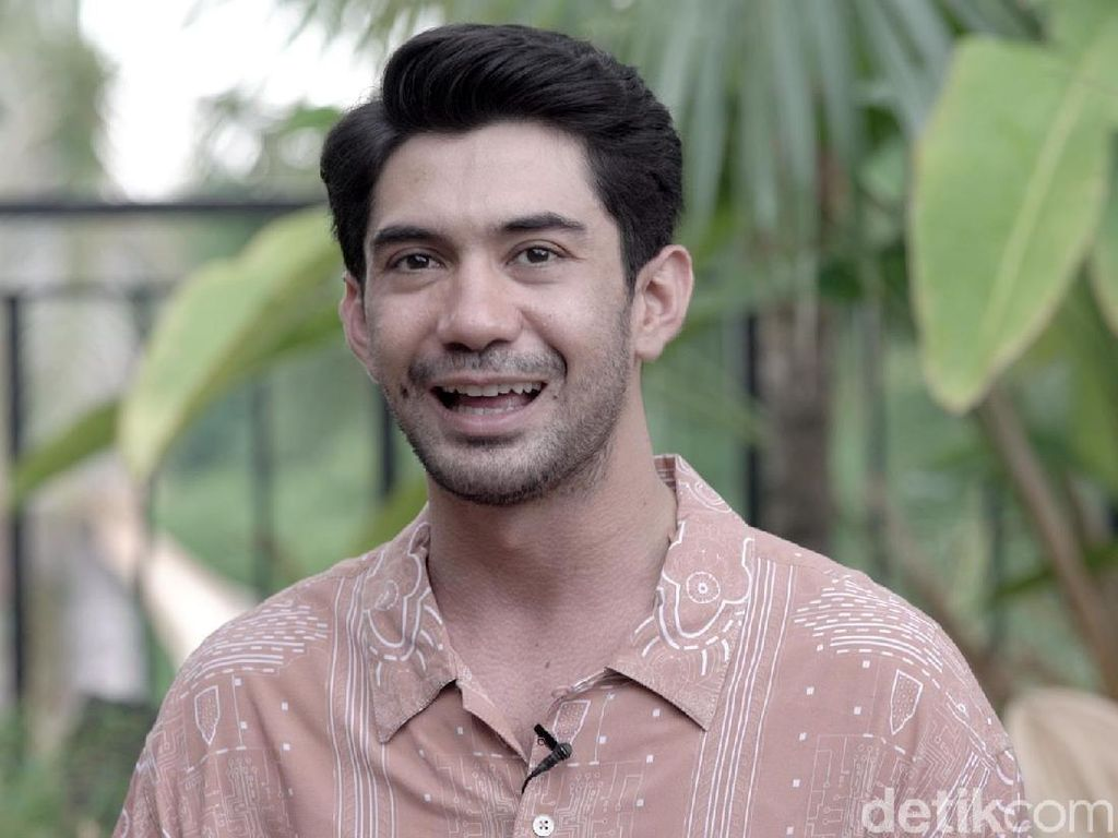 Reza Rahadian Terima Tantangan Perankan Sosok Berbeda di Satu Judul Film
