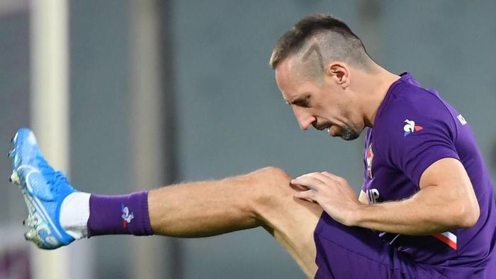 Fiorentinas French forward Franck Ribery warms up prior to the Italian Serie A football match Fiorentina vs Napoli on August 24, 2019 at the Artemio-Franchi stadium in Florence. (Photo by Andreas SOLARO / AFP)