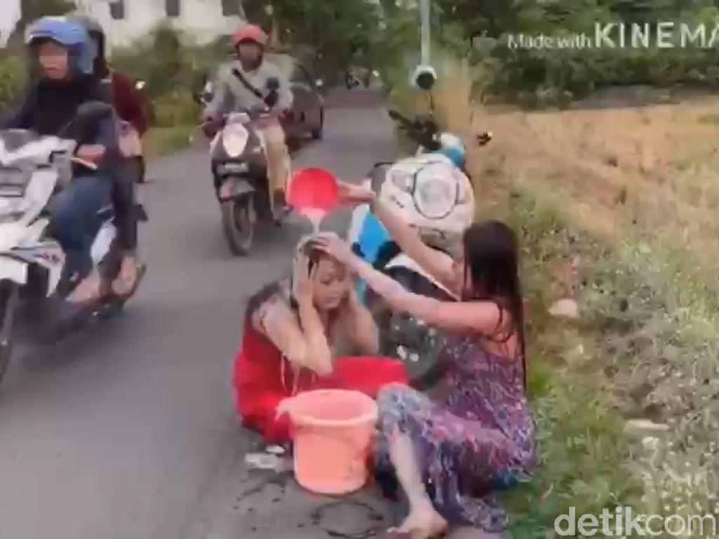 2 Wanita Seksi Kendarai Motor Sambil Keramas, Salah Satunya Pedangdut