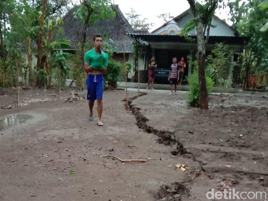 Fenomena Tanah Retak Bikin Heboh Warga Ponorogo