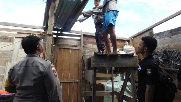 Satgas Tanggap Bencana Polda Kepri kini melakukan perbaikan rumah warga.