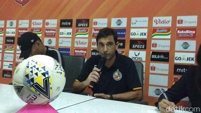 Eduardo Almeida meminta maaf ke suporter Semen Padang usai timnya kalah dari PSIS (Foto: Eko Susanto/detisport)
