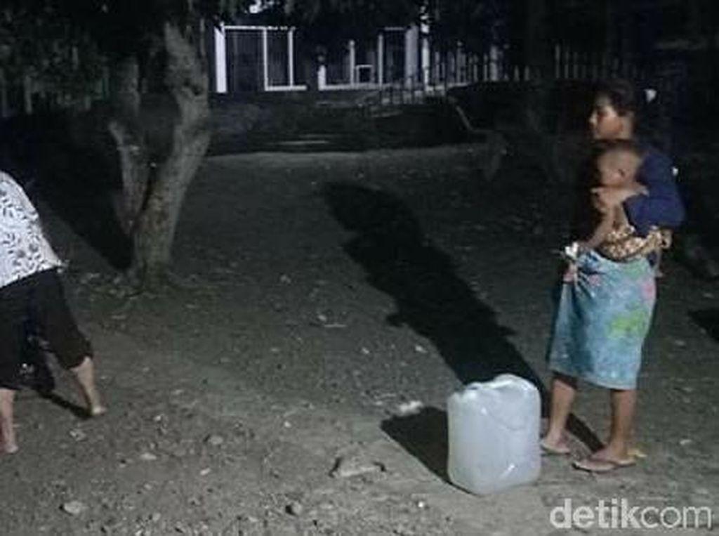 Kemarau, Warga Sumbawa NTB Angkut Air Bersih hingga Jarak 2 Km