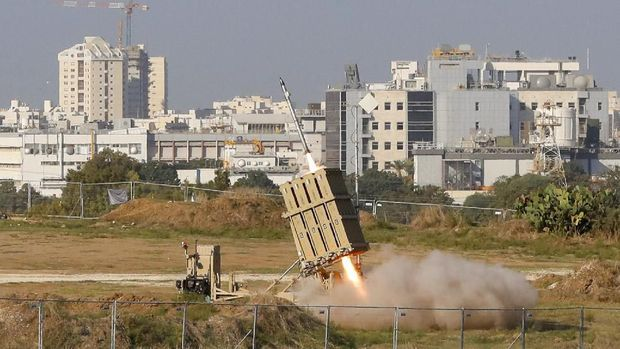 An Israeli missile is launched from the Iron Dome defence missile system, designed to intercept and destroy incoming short-range rockets and artillery shells, in the southern Israeli city of Ashdod on November 12, 2019, to intercept rocket launched from the nearby Palestinian Gaza Strip. - Israel's military killed a commander for Palestinian militant group Islamic Jihad in a strike on his home in the Gaza Strip, prompting retaliatory rocket fire and fears of a severe escalation in violence. (Photo by Jack GUEZ / AFP)