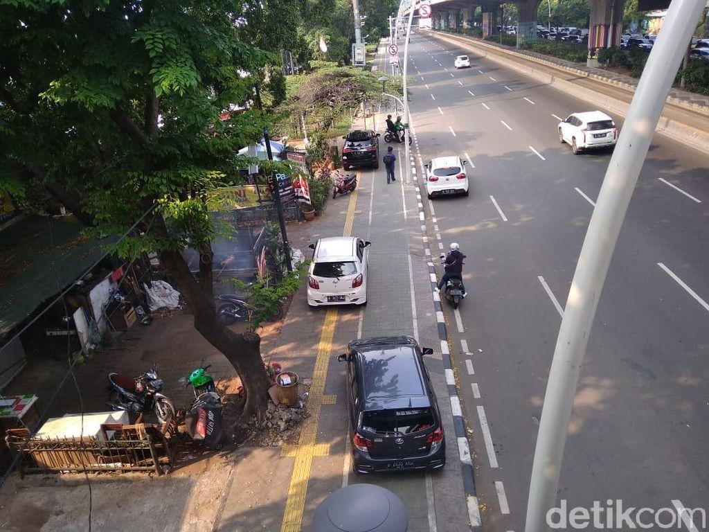 Duh! Trotoar Lebar di Rawasari Jaktim Malah Jadi Tempat Parkir Mobil