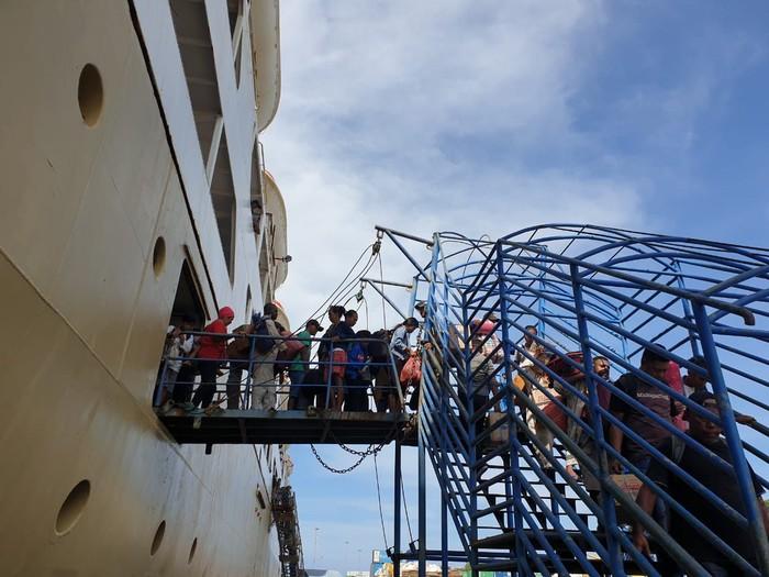 foto arus penumpang pada pelabuhan sorong Papua Barat