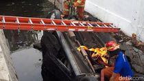 Mobil di Surabaya Nyemplung ke Selokan Karena Kelebihan Banting Setir