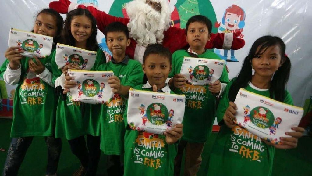 Aksi Santa Claus Bagikan Bingkisan