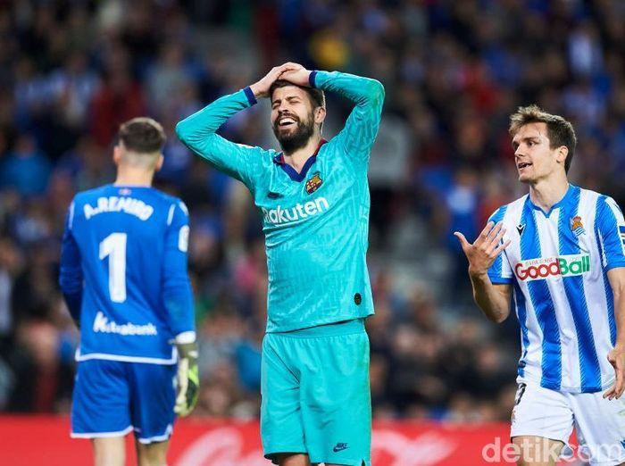 Barcelona mempertanyakan pelanggaran ke Gerard Pique saat melawan Real Sociedad tak direview VAR. ( Foto: Juan Manuel Serrano Arce/Getty Images)