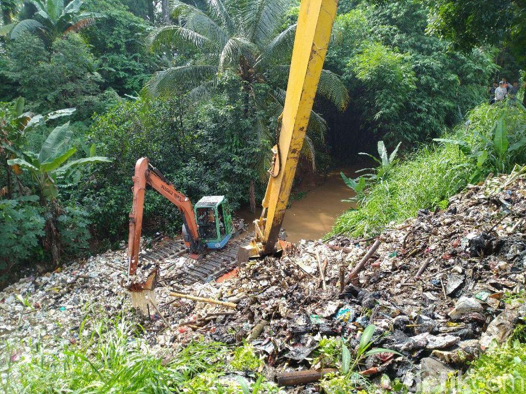 Pemkab Bogor Taksir Angkut 60 Ton Sampah di Kalibaru