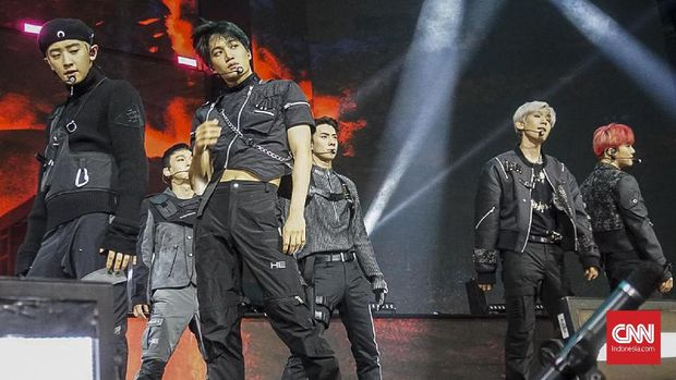 EXO tampil pada perayaan HUT 18 Transmedia. Cibubur, Minggu, 15 Desember 2019. CNN Indonesia/Christie Stefanie.