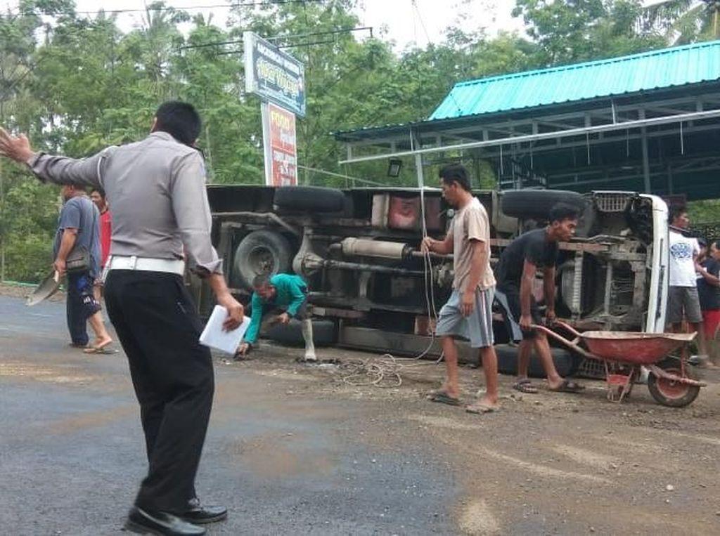 Mobil Rombongan Peziarah Terguling di Pacitan, 3 Penumpang Luka-luka