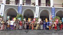 Nitilaku UGM, Mahfud MD Berbaju Adat Madura dan Ganjar Berkostum Wayang