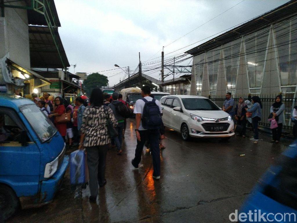 Pengguna KRL Keluhkan Tak Ada Trotoar di Stasiun Bojonggede Bogor