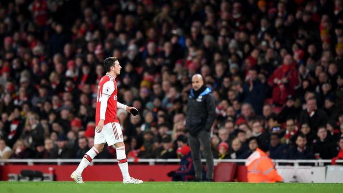 Mesut Oezil di laga Arsenal vs City. (Foto: Shaun Botterill/Getty Images)