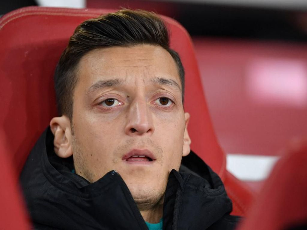 Hai Oezil, Pilih Ronaldo atau Messi?