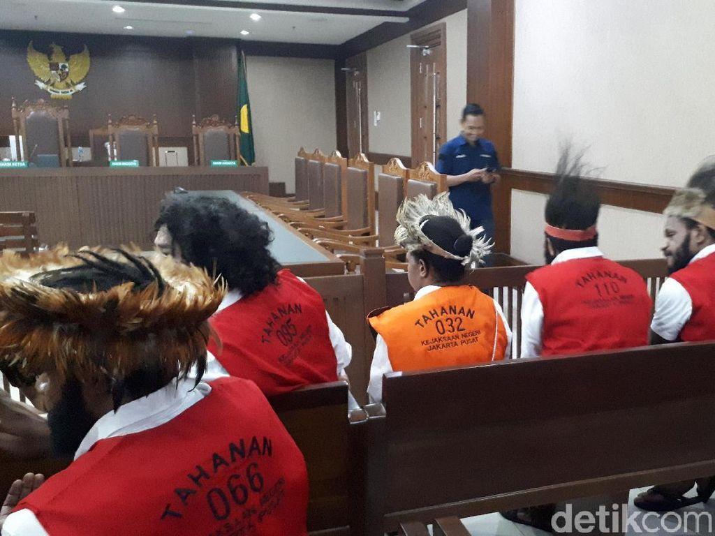 5 Pengibar Bintang Kejora Pakai Topi Kari-Kari Jalani Sidang Perdana