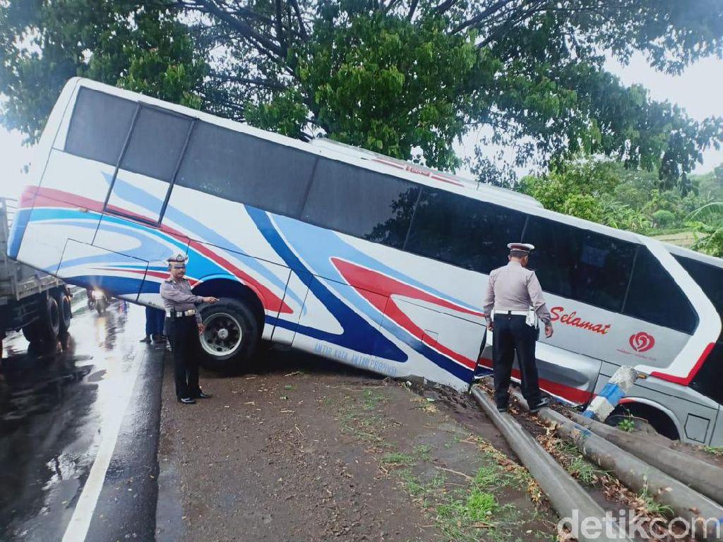 Ugal-Ugalan, Bus Sumber Kencono Muat 20 Penumpang Terjungkal ke Parit