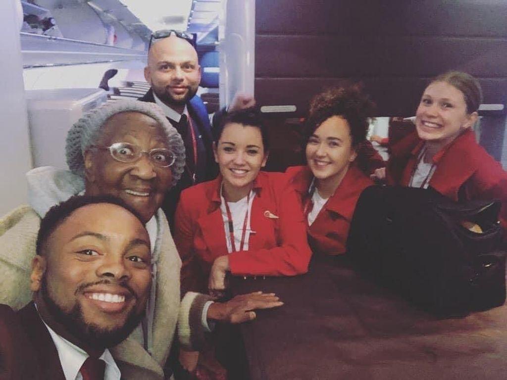 Kasih Kursi Pesawat Kelas Bisnisnya pada Manula, Pemuda Ini Dipuji