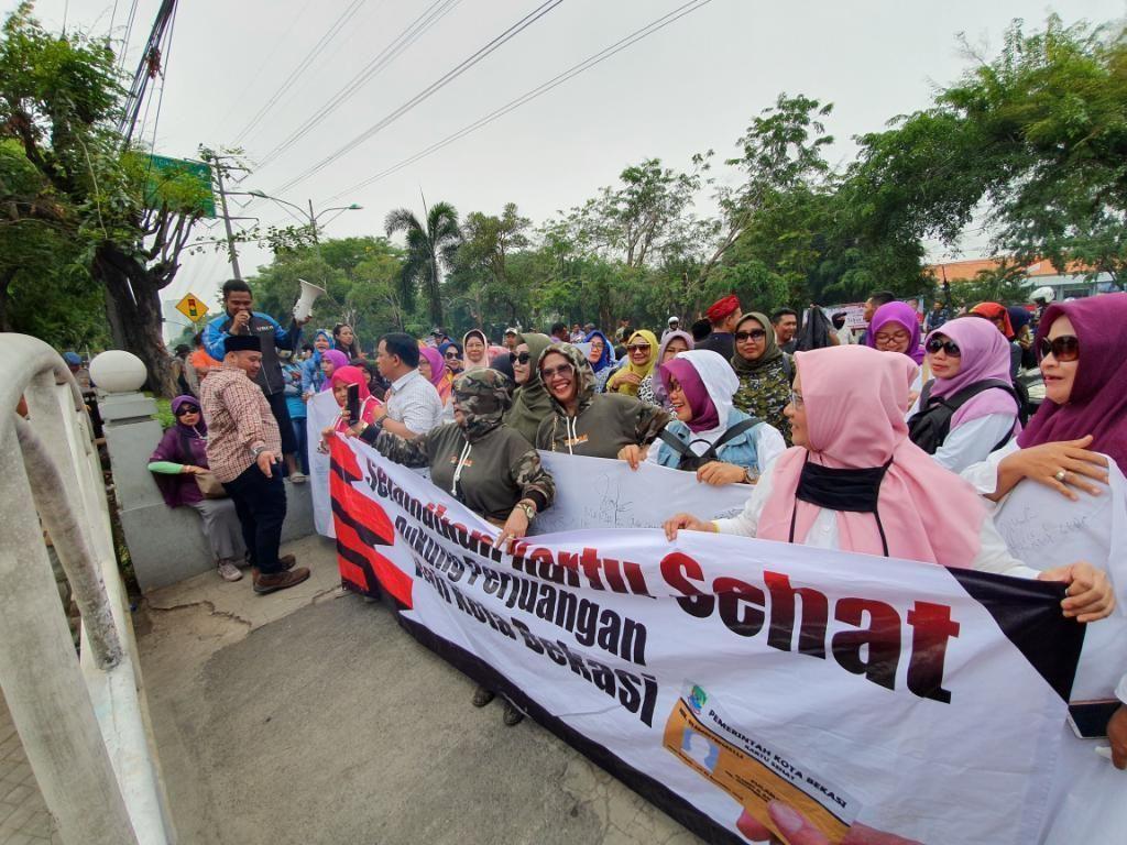 Emak-emak Demo DPRD Bekasi, Tuntut Program Kartu Sehat Dilanjutkan